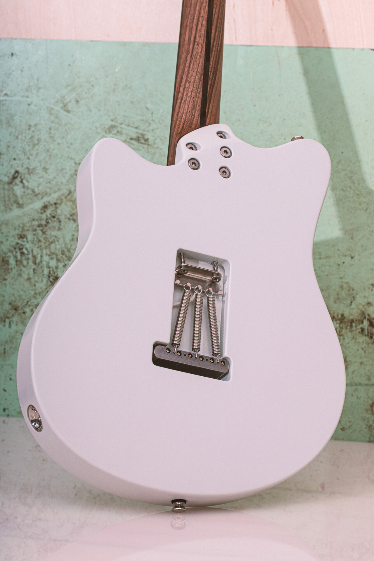 On Guitars - Star Grey White 3S - Back, tremolo mechanics and and 5-point neck attachment